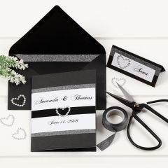 Bryllupsinvitation og bordkort i sort med designtape og hjerter af rhinsten