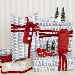 Julegaveindpakning med juletræsmotiv pyntet med pomponer og minifigurer