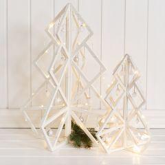 3D juletræ i træ med julekugler, ophængt pynt og LED lyskæde