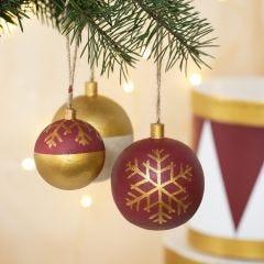Julekugler af træ dekoreret med hobbymaling og hobbymaling på tusch