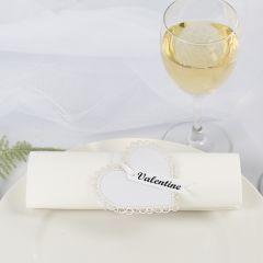 Servietring og bordkort til bryllup af karton hjerte og satinbånd