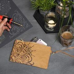 Læderpapir clutch pyntet med etnisk mønster lavet med elbrænder