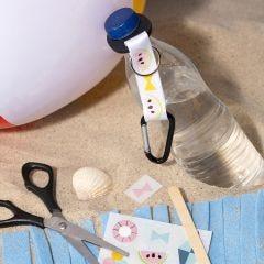 Flaskeholder dekoreret med rub on stickers