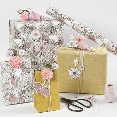 Gaveindpakning med blomster mærkater og blomster af silkepapir