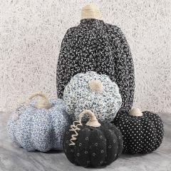 Græskar af pap dekoreret med tekstil decoupage