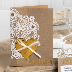 Invitation pyntet med blondekarton, hjerte af dekorationsfolie og rhinsten