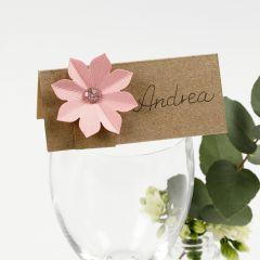 Bordkort pyntet med karton blomst med 3D effekt
