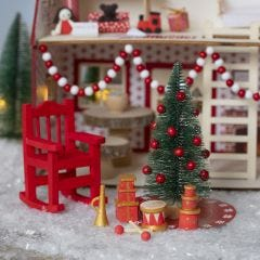Nissen pynter op i julemandens hus