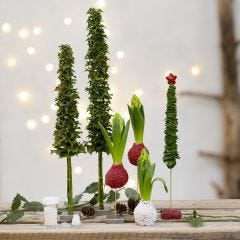 Juletræer og juledekorationer af levende grønt pyntet med mini glaskugler
