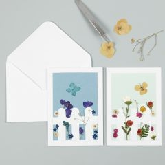 Kort med tørrede blomster bag stakit