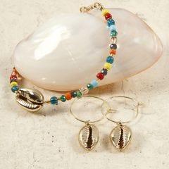Perlearmbånd og øreringe med forgyldte muslingeskaller