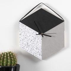 Ur lavet af bakke og læderpapir