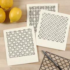 Miljøvenlig karklud dekoreret med tekstiltusch mønstre efter stencil