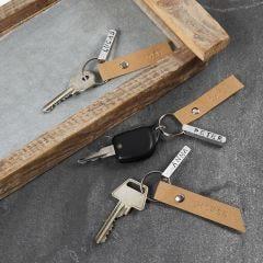 Nøglering med præget metalskilt og læderpapirskilt