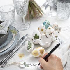 Påskeæg dekoreret med tørrede blomster