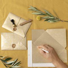 Hjemmelavet kuvert lukket med lak og segl