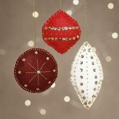 Julepynt i filt med perler og broderi