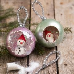 Julekugler dekoreret med metal maling, glitter og minifigurer af Silk Clay