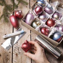 Julekugler af træ dekoreret med Art Metal maling og folie