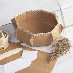 Kurv i læderpapir med hæklet kant af raffia papirgarn