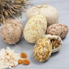 Todelt æg i pap beklædt med papmaché pulp og tørrede blomster