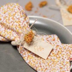 Stofservietter af patchworkstof med servietring og tørrede blomster