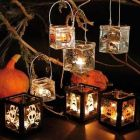 Lysglas dekoreret med spøgelser, græskar, flagermus mm af vinduesmaling
