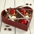 Hjerteformet fad med julepynt