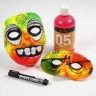 Maske af plast med mosgummi og neonfarver