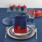 Borddækning og bordpynt i blåt med et strejf af rødt