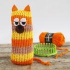 Strikket kat med striber, lavet på strikkering