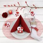 Juleborddækning med bordpynt i rødt og hvidt