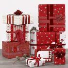 Julegaveindpakning med pynt i rødt og hvidt