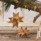 Flettet julestjerne af læderpapir stjernestrimler ophængt med lædersnor og træperler