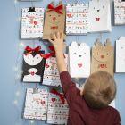Pakkekalender af gaveposer formet som rensdyr, pingvin og isbjørn
