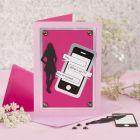 Invitation til konfirmation med mobiltelefon-kartonmærkat og silhuetfigur