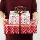 Gaveindpakning med bue af gavebånd og minifigurer
