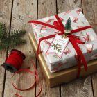 Julegaveindpakning pyntet med mini juletræ på klemme