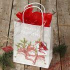 Julegaveindpakning med gavepose og gavemærke med bjælde