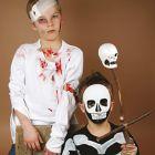 Udklædning med sår og plastmaske og skelet malet på t-shirt