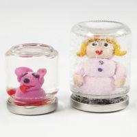 Rystekugle af glas med figur af Fimo-ler og vand med glimmer