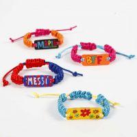 Knyttet armbånd med vedhæng af dekoreret krympeplast
