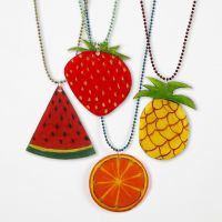 Kuglekæde med frugtvedhæng af krympeplast