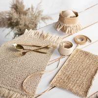 Dækkeservietter strikket i raffia papirgarn med frynser