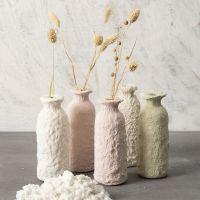 Vase af glasflaske beklædt med pulp