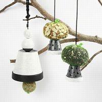 Foderbræt til fugle lavet af urtepotter