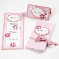 Invitation, bordkort og menukort i lyserød med blomster og bånd