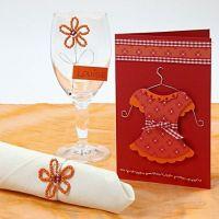 Invitation med kjole og bordkort med blomst af rocaiperler