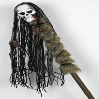 Voodoo stav med papmaché kranium og garn som hår