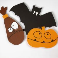 Karton flagermus, spøgelser og græskar klippet efter skabeloner til halloween